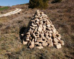 Montonera de piedras con caja para mochuelo europeo